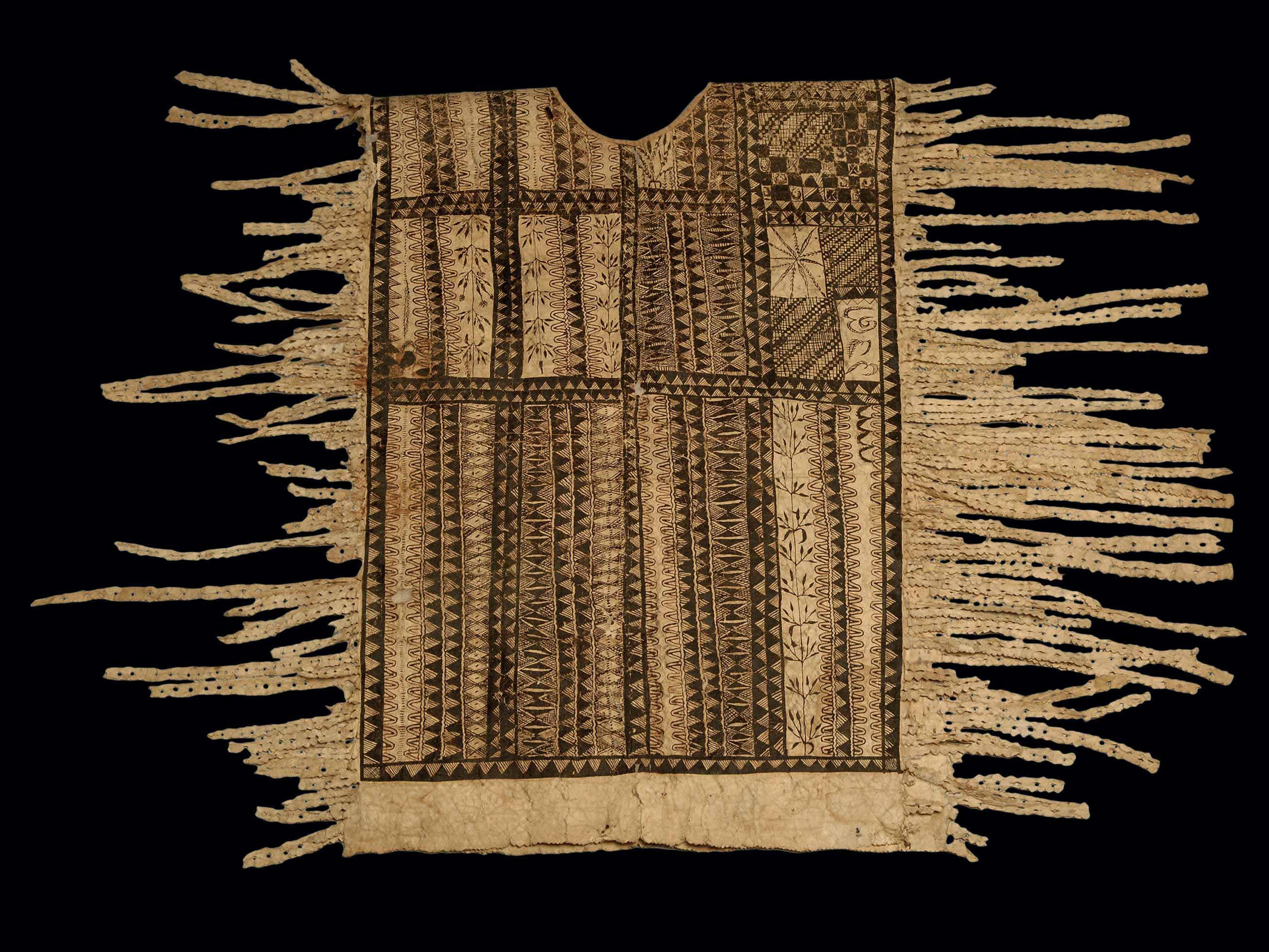 Vêtement polynésien en tapa. Des fouilles ont révélé l'ancienneté de l'usage du tapa en mettant au jour des battoirs en bois nécessaires à sa fabrication et datés entre les IXe et XIIIe siècles.