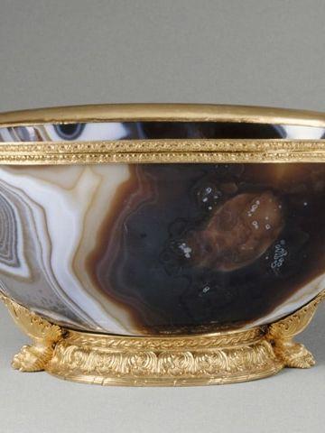 Cuvette en sardoine, monture en or. Le bassin en sardoine est un travail byzantin du Xe ou XIe siècle. La monture en or date du XVIe siècle. © RMN / Daniel Arnaudet, 1993