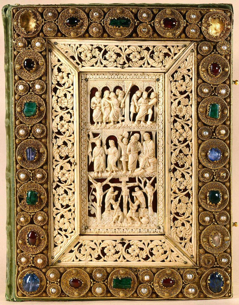 Évangiles de Drogon. Plaques d'ivoire d'éléphant, Metz circa 850 et bordure d'orfèvrerie circa 1100. © BNF