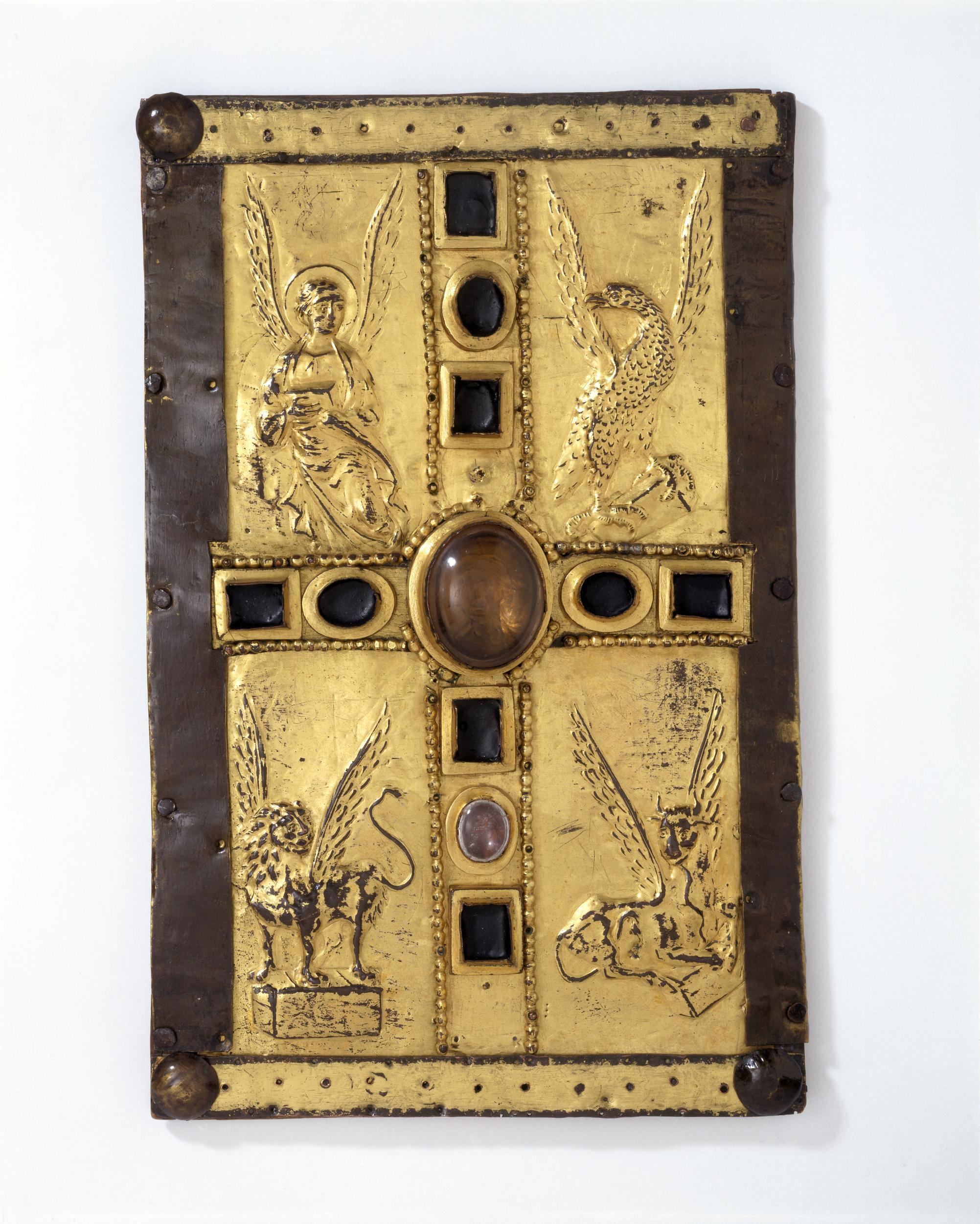 Coffret pour livre d'évangiles. Cuivre doré sur bois serti de joyaux. Les quatre évangélistes sont traités en repoussé, Xe siècle, Allemagne. © Victoria and Albert Museum