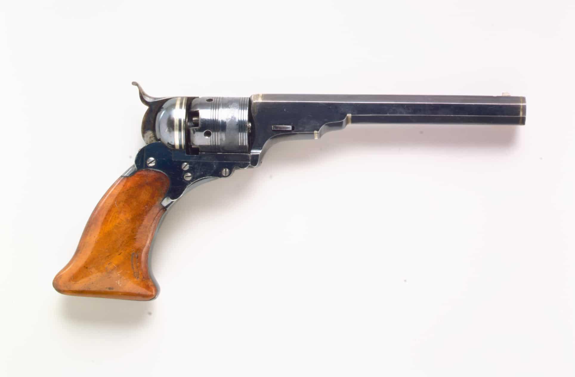 Revolver Colt Paterson, n°3 modèle Belt, circa 1838. Acier, argent et bois © MET Museum