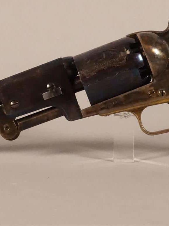 Colt Dragoon poudre noire, six coups. Canon et carcasse en bronze jaspé. Plaquettes de crosse en noyer. Reproduction