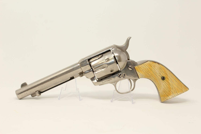 Revolver Colt Single Action Army «Peacemaker» fabriqué en 1891 à Hartford dans le Connecticut. Crosse en ivoire et revêtement en nickel. © Ancestry Guns