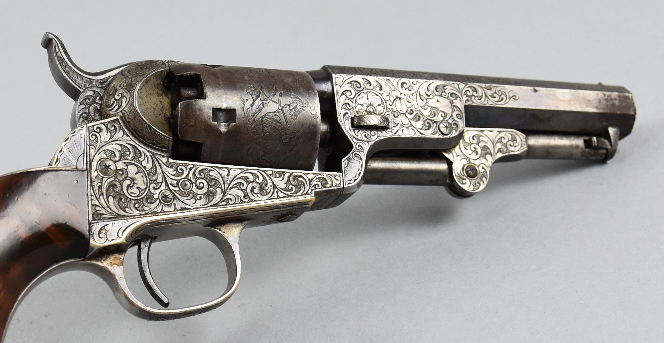 Détail du Revolver Colt Pocket de 1849 présentant sur le barillet une gravure standard figurant une diligence et des voleurs ainsi que des motifs d'enroulements © Live Auctioneers