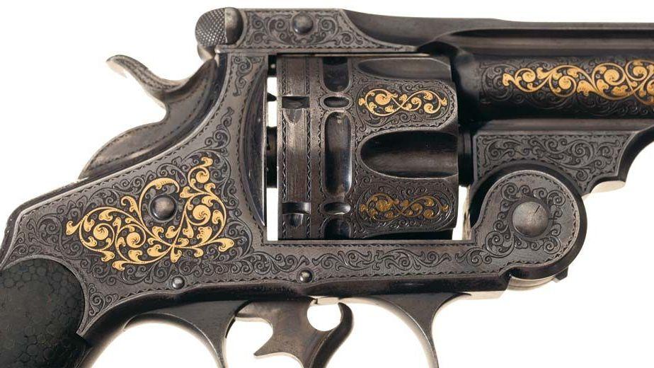Détail du Revolver Double Action «Frontier» de Smith & Wesson. Modèle présenté à l'Exposition Universelle de Chicago en 1893, richement gravé et incrusté d'or. © Rock Island Auction