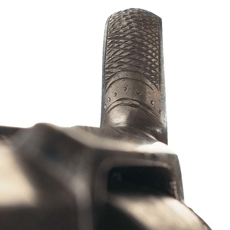 Détail des points gravés sur le chien d'un revolver (Colt Modele 1 sidehammer, 1855) et indiquant le nombre de jour dédié par Gustave Young à l'ornementation de l'arme. © Rock Island Auction