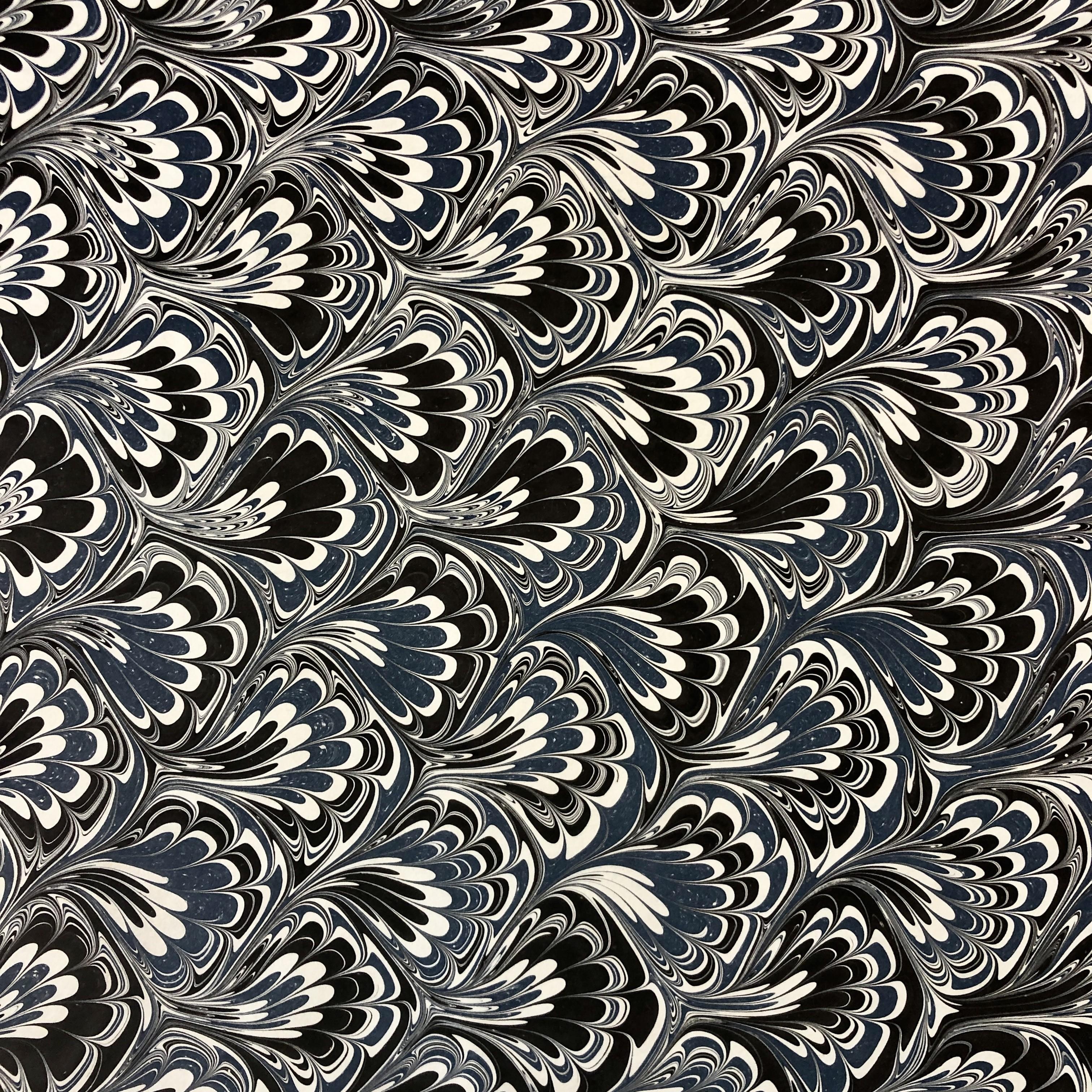 Sydney Cockerell, papier marbré à motif queue de paon, vers 1970 © Musée du Papier, Angoulême