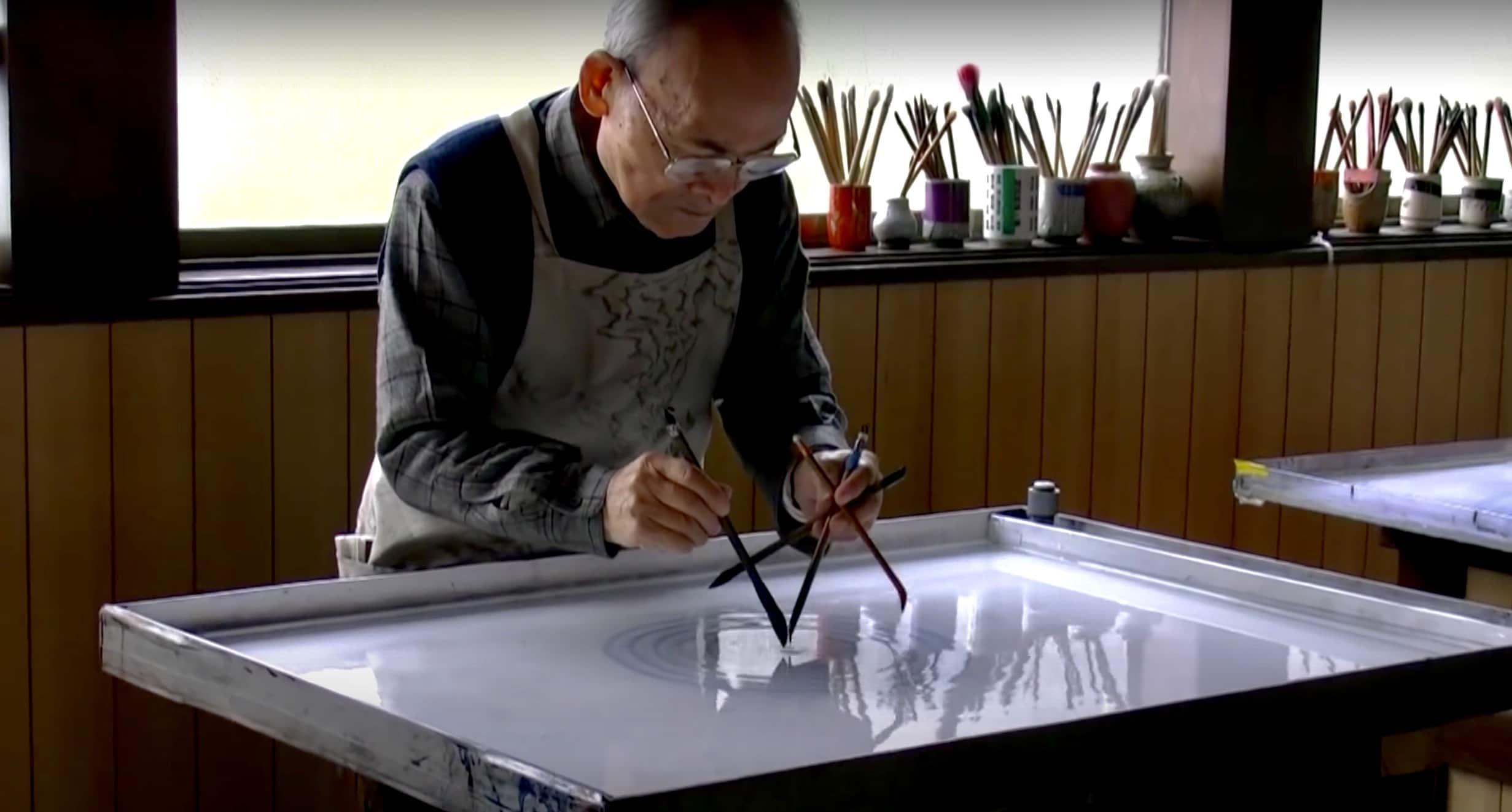 Tadao Fukuda réalisant un bain de couleur suminagashi «Echizen Washi» © Takipapertv